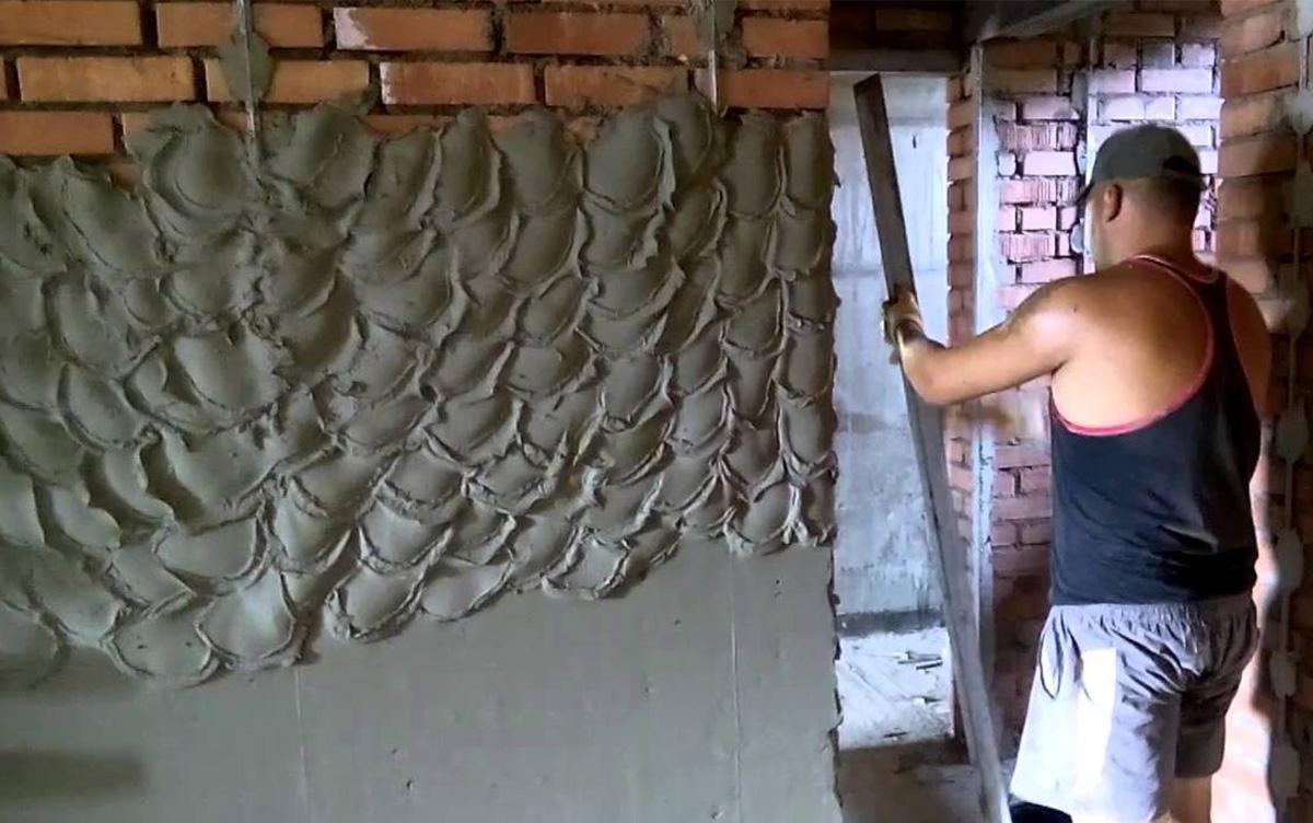 Штукатурку набрасывают на стены