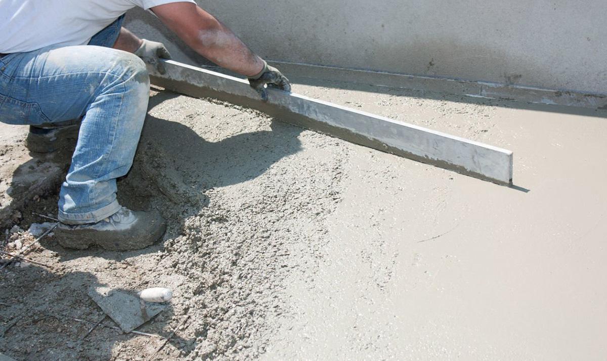 Выравнивание цементно-песчаной стяжки