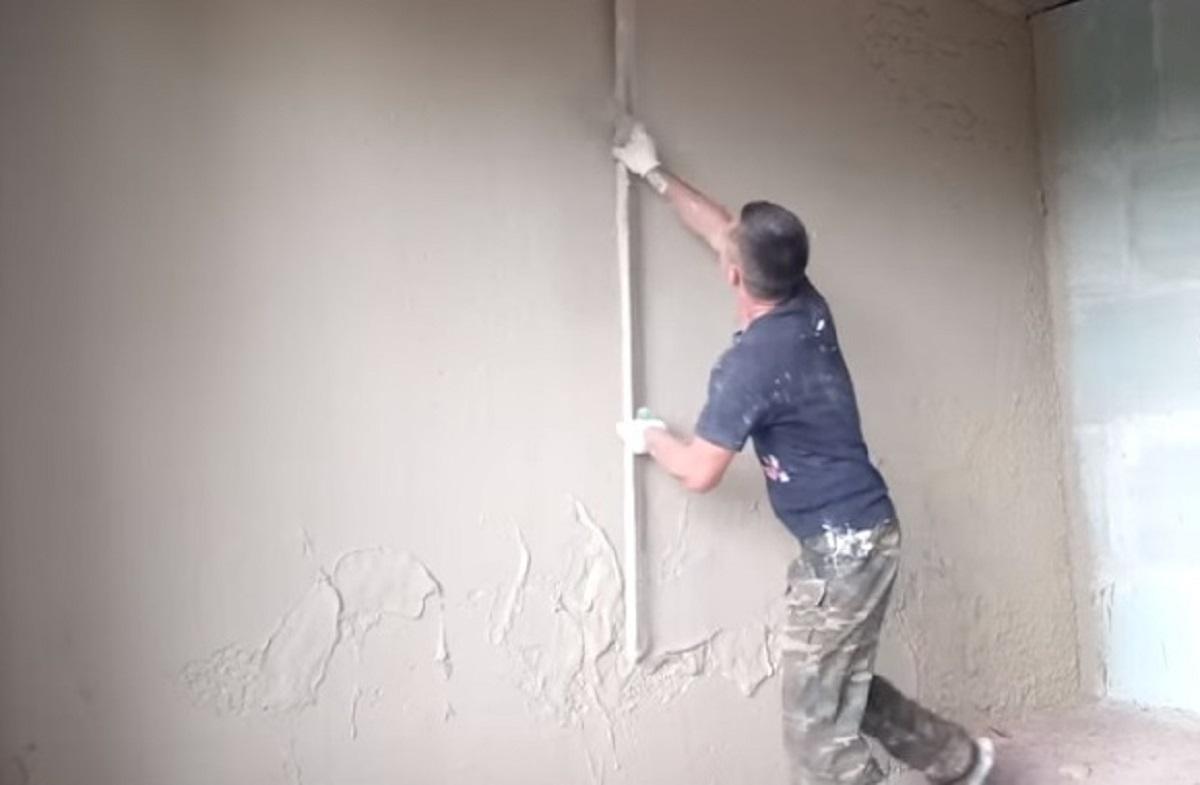 Штукатуривание стены правилом