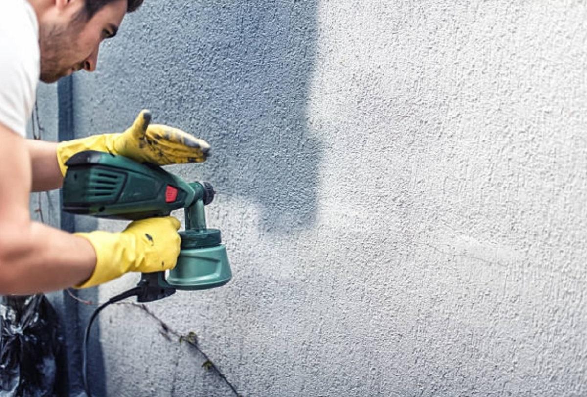 Покраска стены из краскопульта
